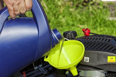 bijvullen olie motormaaier